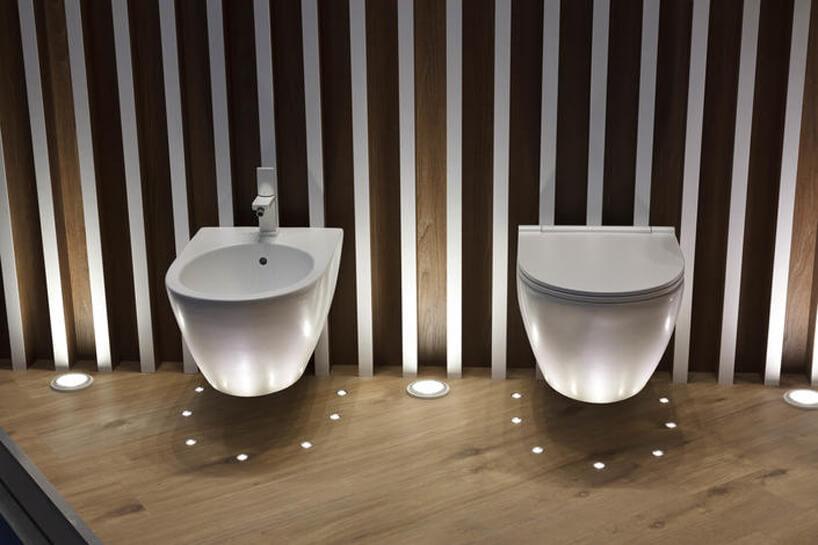 stoisko zaranżacja toalety na Cersaie 2019 zdrewnopodobnymi płytkami ceramicznymi