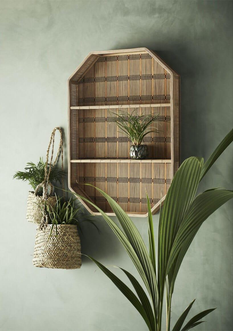 drewniana konstrukcja zpółkami na ścianie zzielonymi roślinami