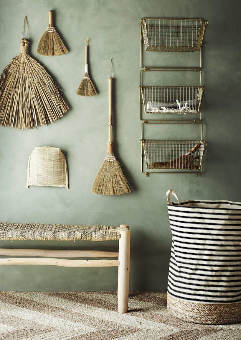 pokój zławką oraz miotłami na ścianie