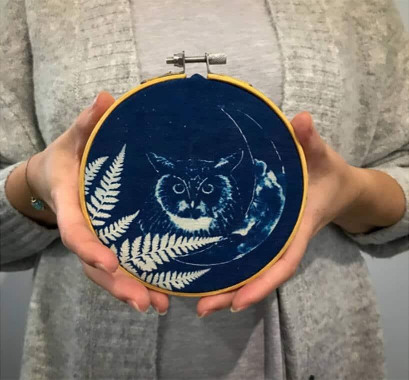 okrągły ciemno niebieski przedmiot zsową
