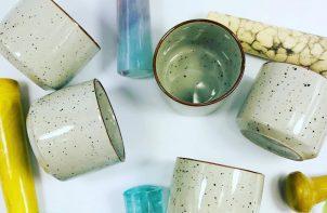 ceramiczne kubki i ceramiczne moździerze w różnych kolorach