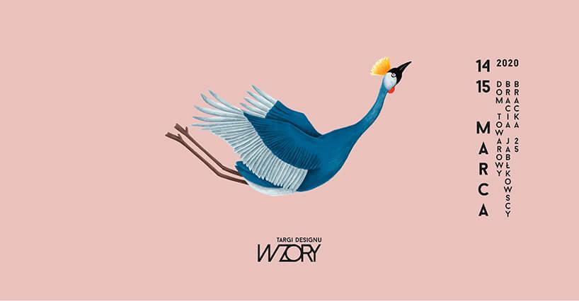 plakat targów designu WZORY grafika niebieski ptak podczas lotu na różowym tle