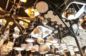 wiele lamp wiszących podczas targów Home Decor