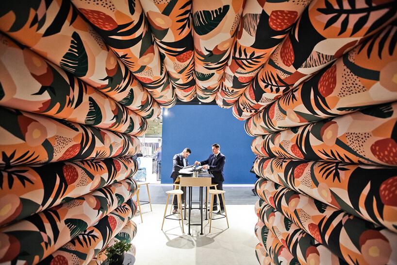 tunel zrobiony zkolorowych bel materiału obiciowego