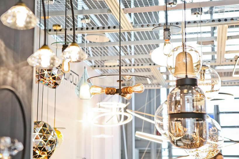nowoczesne rożne lampy wiszące na jednym ze stoisk podczas Home Decor