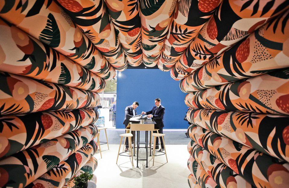 tunel zrobiony z kolorowych bel materiału obiciowego