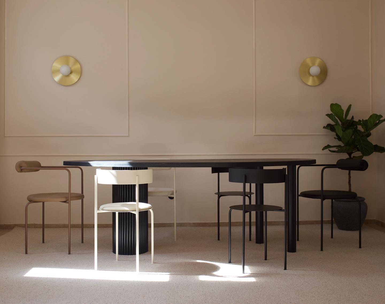 meble goodlivng stół ikrzesła zdrewna na kremowym tle