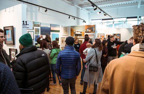 odwiedzający podczas 1. edycji Targów Sztuki Dostępnej 2019