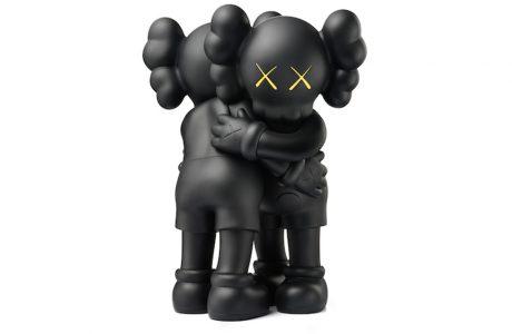 dwie przytulone czarne figurki z żółtymi oczami w kształcie X