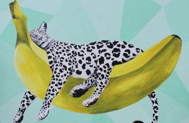 obraz biało-czarnej pantery leżąca na banaie