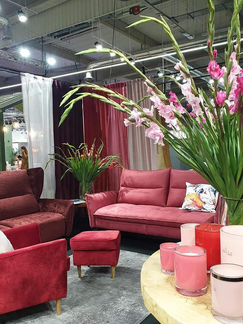 różowa sofa ifotele na stoisku Gala Collezione podczas Warsaw Home 2019