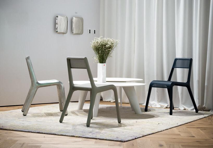 trzy krzesła zniskim stolikiem na stoisku Studio Zięta podczas Warsaw Home 2019