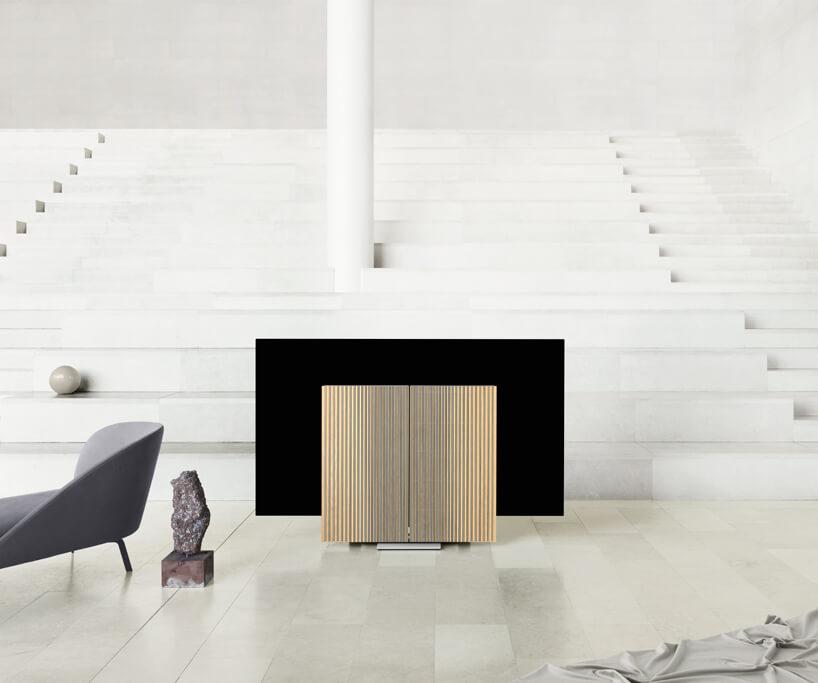 ekskluzywne głośniki zfrontem zdrewna dębowego Bang & Olufsen przysłaniające telewizor Beovision Harmony