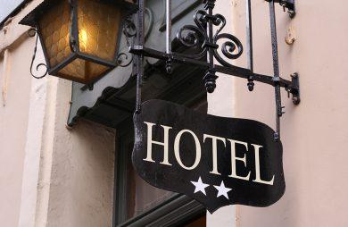 czarny szyld z napisem HOTEL nad dwoma białym gwiazdkami