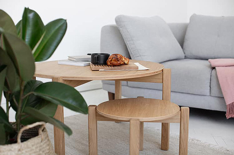 drewniany stolik iszara sofa wtle