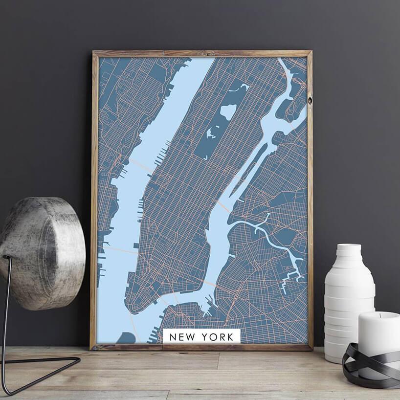 mapa nowego yorku wramie stojąca pod ścianą