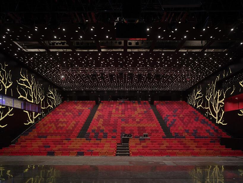 duża sala zczerwonymi krzesłami
