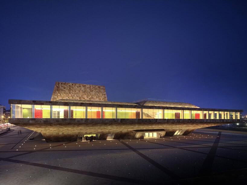 oświetlony nowoczesny budynek