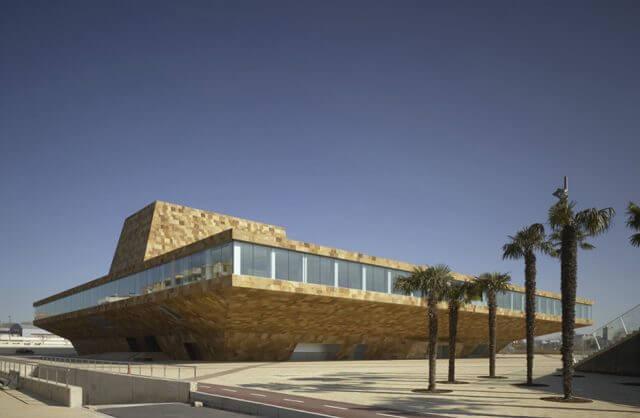 nowoczesny budynek z brązowych płytek