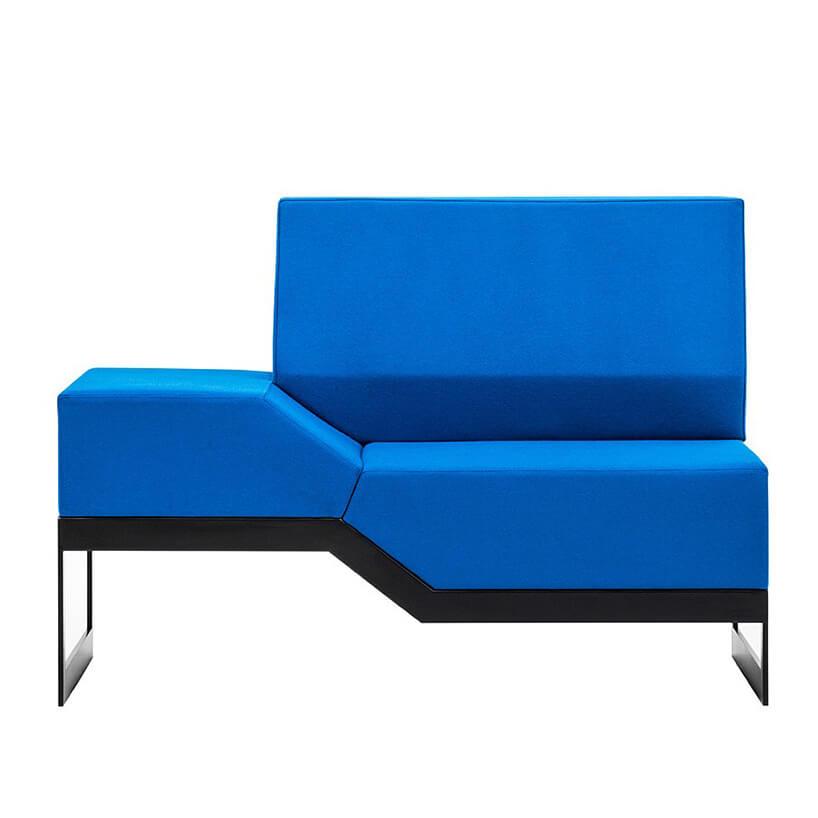 część niebieskiej sofy