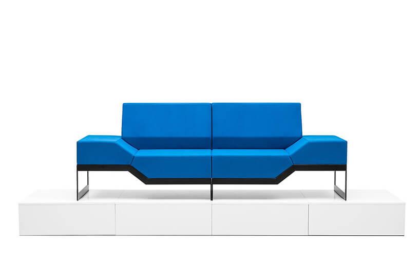 niebieska sofa oostrych kształtach
