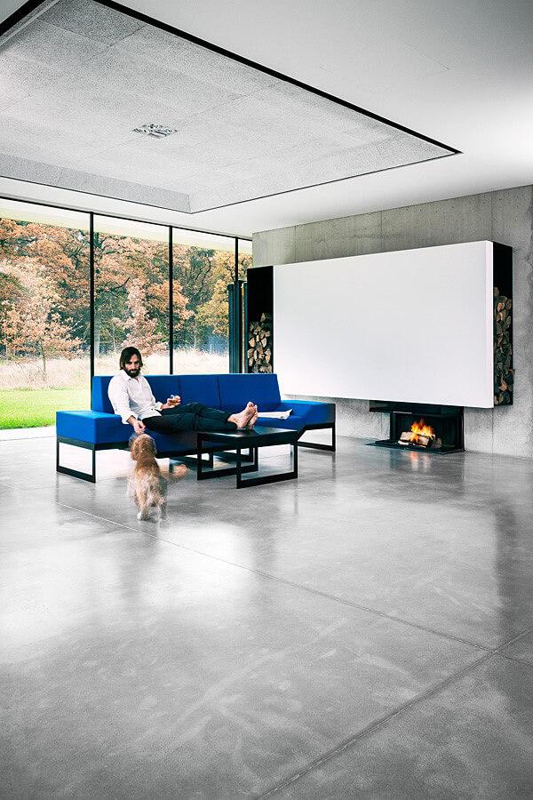 wnętrze zszarą podłogą iniebieską sofą
