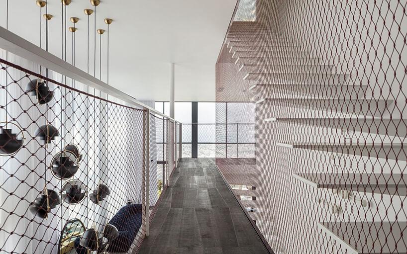 białe schody na piętro zbalustradą zsiatki