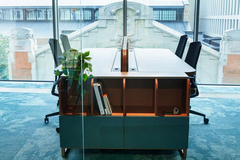 drewniane biurka wramach połączonych stanowisk