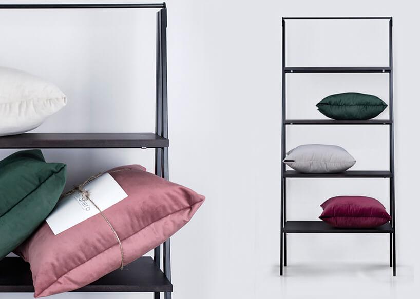 kolorowe poduszki na szarej szafce