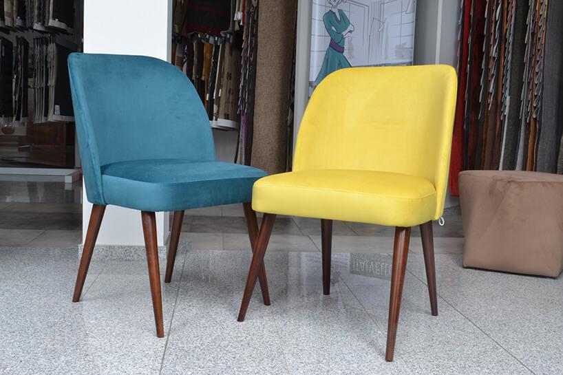 zółte krzesło obok niebieskiego krzesła materiał obiciowy Italsenso