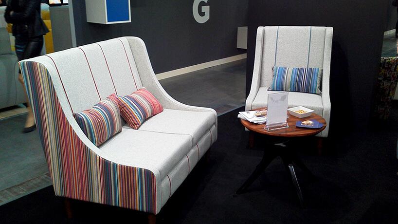 dwa białe fotele wpaski materiał obiciowy Italsenso