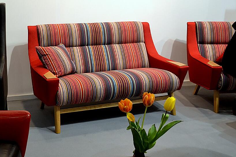 sofa wpaski obok krzesła wpaski materiał obiciowy Italsenso