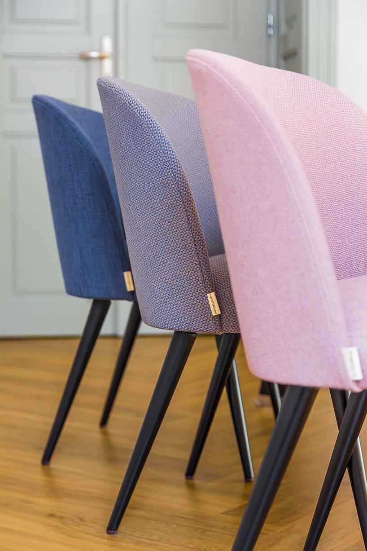 różowe krzesło obok szarego krzesła obok niebieskiego krzesła materiał obiciowy Italsenso