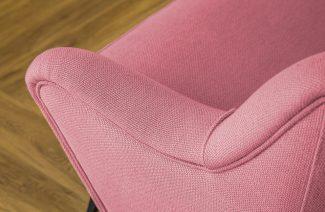 różowe oparcie sofy z bliska materiał obiciowy Italsenso na tle drewnianej podłogi