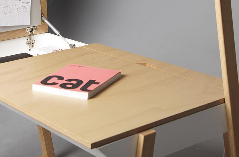 różowa książka na drewnianym blacie biurka/toaletki