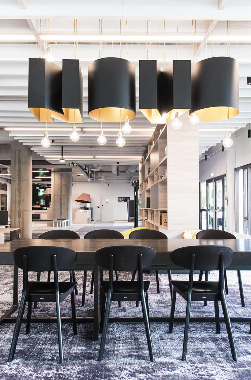 czarne krzesła lampy ibrązowe stoły