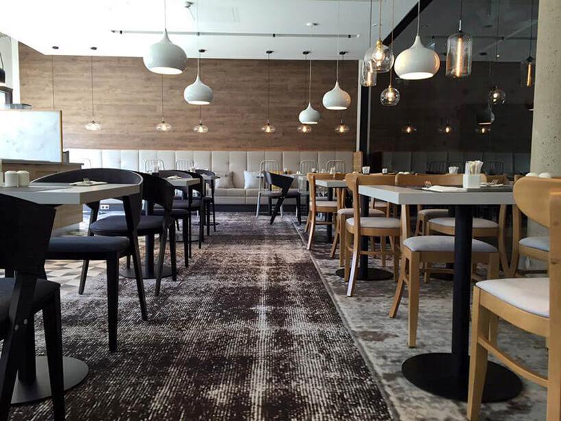 brązowe iczarne krzesła białe stoły wrestauracji