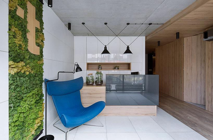 niebieski fotel wbiało brązowym pomieszczeniu