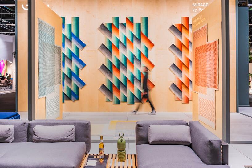 szary zestaw sof na tle kolorowej grafiki wpaski