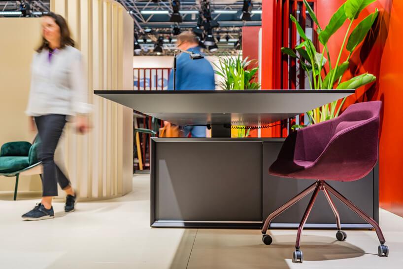 mały fioletowy fotel na kółkach przy szarym biurku