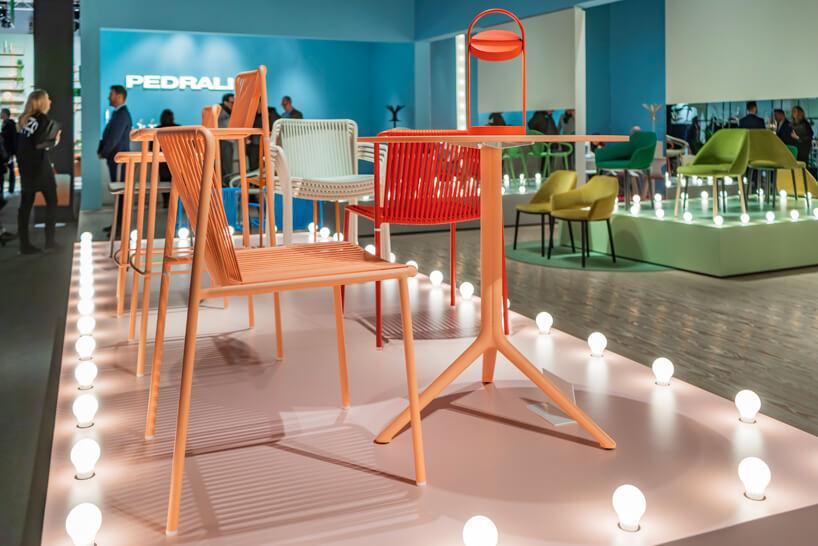 ekspozycja krzeseł istolików wjaskrawych kolorach