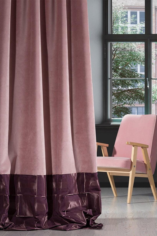 różowa zasłona obok różowego fotela