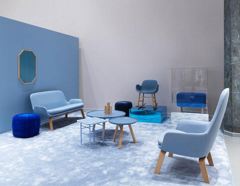 różne niebieskie siedziska wzaaranżowanym wnętrzu