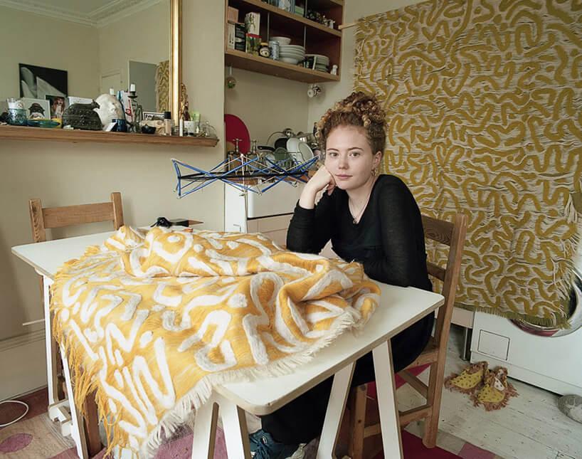 kobieta pracująca nad złota narzutą