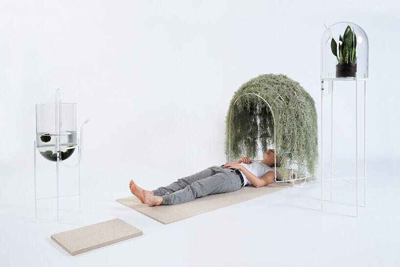 mężczyzna leżący na desce wzaaranżowanym wnętrzu