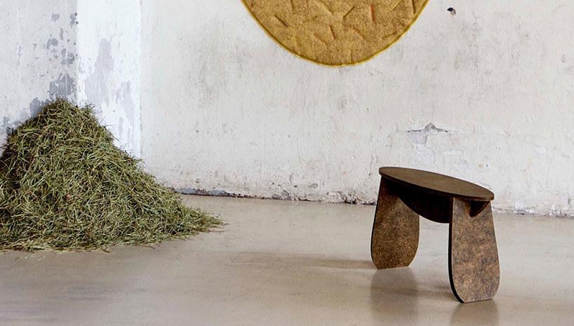 brązowy stołek stojący obok kupki siana