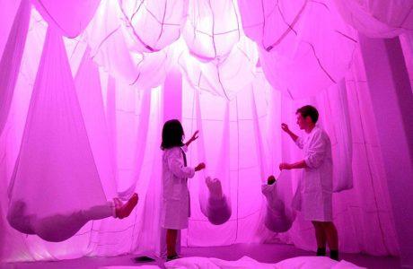 ludzie w pomieszczeniu oświetlonym na różowo
