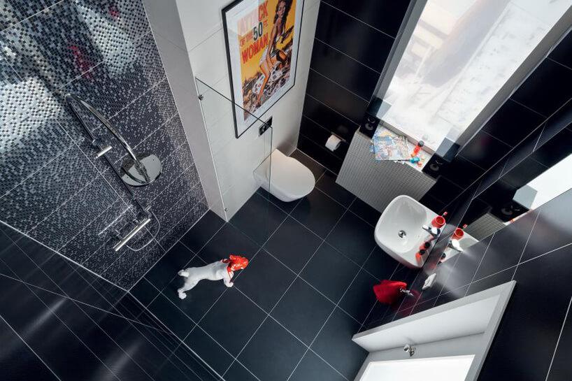 biało-granatowa łazienka dużym natryskiem