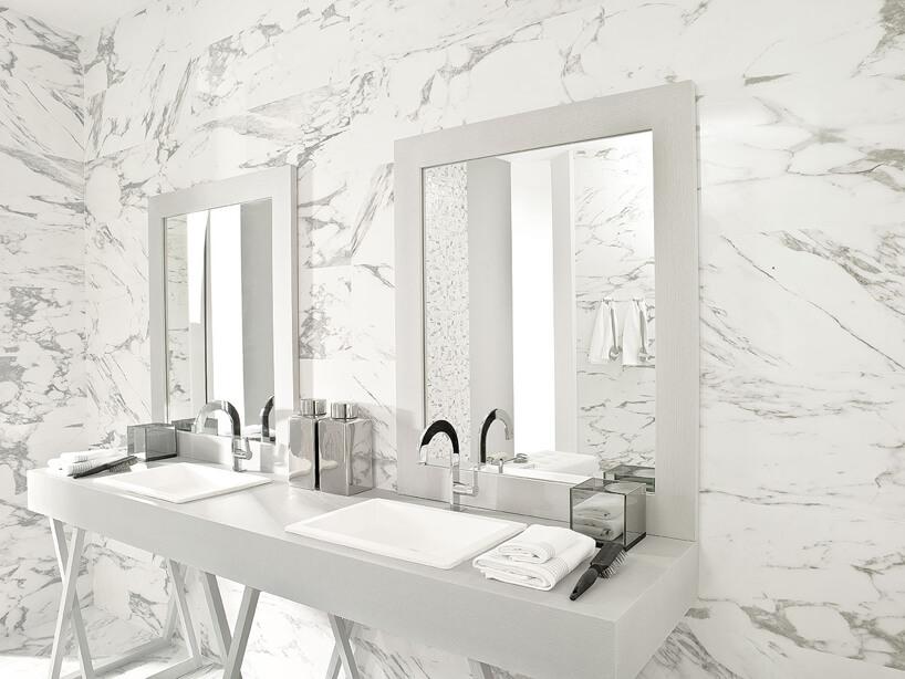 jasna łazienka wyłożona płytkami kamiennymi