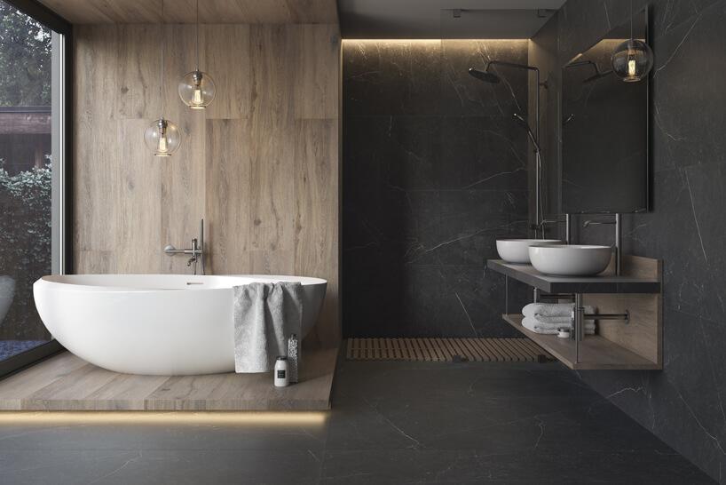 szara duża łazienka zdrewnianym podestem idrewnianą ścianą przy wolonostojącej wannie